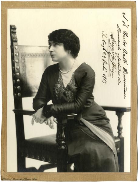 FOTO: Fotografía autografiada por Margarita Xirgú para Carlos Ovalle Bascuñán, 24 de julio de 1913. Ref: FC-0082 Colección de fotografías, Centro de Documentación de las Artes Escénicas, Municipal de Santiago.