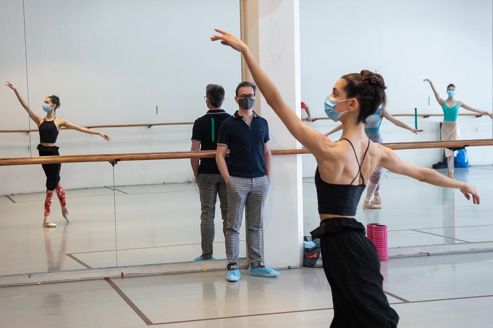 Luis Ortigoza en una clase del Ballet de Santiago, en diciembre de 2020.