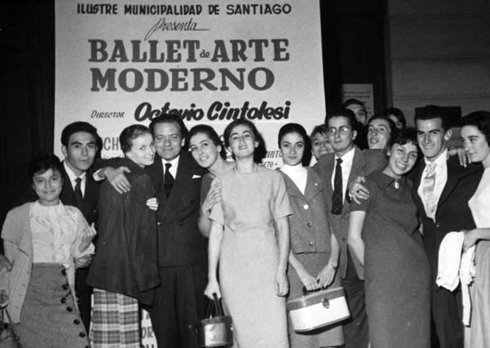 Octavio Cintolesi junto a algunos de los bailarines, en el frontis del Municipal